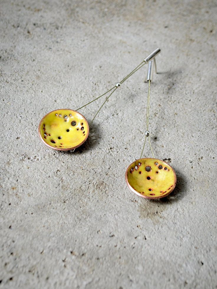 Circle and Dot Pattern Earrings, copper and brass, enamel, and patina pedants. Handmade jewelry. de FugaJoyas en Etsy