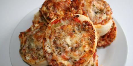 De bedste pizzasnegle jeg længe har smagt! Feta, oliven, skinke og resten af fyldet giver masser af smag. Lav gerne mange i samme omgang, da de sagtens kan fryses ned.