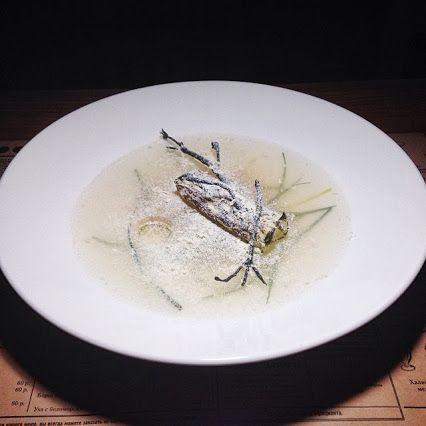 """""""Зимняя рыбалка"""" - заливное из судака с водорослями из порея и солёной судачьей икрой, и каннеллони из лука порей с суфле из судака, приготовленное на пару. Завершает зимнюю картину снег из тёртого хрена и сублимированной сметаны, и лунка с ароматным отваром из бурых водорослей. Настоящая съедобная картина – замершее озеро, бревно, запорошенное снегом, и только рыбак скрылся из кадра.  KoKoKo restaurant&bar (http://spb.restorania.com/company/restoran-kokoko-cococo-47349/)"""
