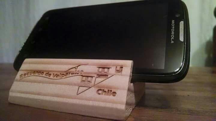 """Pedestal para celulare, hechos a mano en pino Oregon Nacional y grabados en Laser. Despacho a todo Chile Hechos por """"Martdi"""" (Mège Art Design) Consulras a: Megeartdesign@gmail.com"""