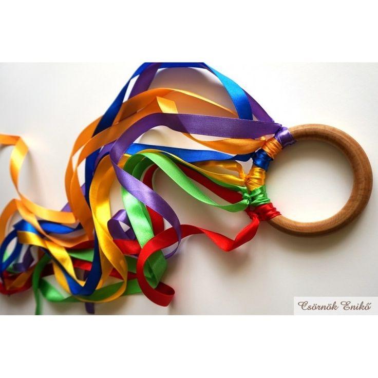 Fakarikára erősített, szélben lobogó, színes szalagok. Kreatív játék és sokszínű tanulás. Waldorf játék. Montessori játék. Készségfejlesztő szabadtéri széljáték