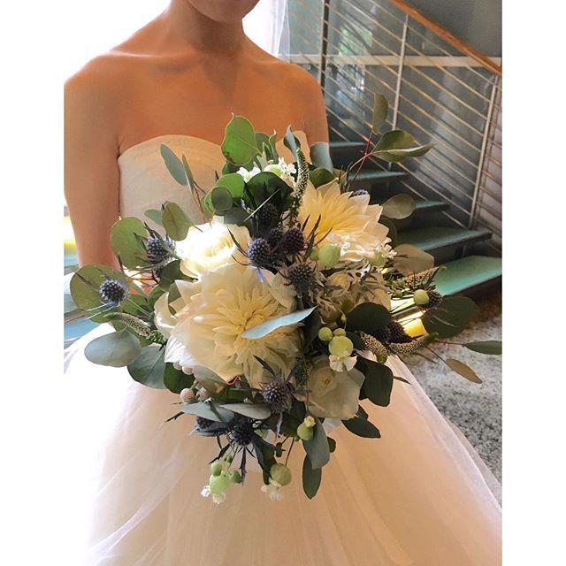・ *ウェディングブーケ* クラシカル過ぎず、カジュアル過ぎず 理想通りのクラッチブーケ ダリアとベロニカは会場装花と リンクさせてます✨ 実もののぴょんぴょんもたまらん❤️ ・ ・ ブーケは外注にしました ホテル発注はちょっと高いなぁーと思ってた時に、親切な花嫁様がとっても素敵なお花屋さんを紹介してくれました✨ ・ 絵のサンプルアップもあり安心してお願いできましたし、なにより当日の朝に直でお届けしてくれます✨←外注される方ここ結構重要!! ・ 素敵な出会いに感謝感謝❤️ (Special thanks @plain0811 ) ・ #卒花#結婚式#グランドハイアット東京#グランドハイアット#ブーケ#クラッチブーケ#ウェディングブーケ#grandhyatttokyo#verawang#ヴェラウォンバレリーナ#1g029 #ウェディングレポ#farnyレポ#ハナコレ#2017春婚#2017夏婚#instawedding#alolea#ちーむ0603#ホテル婚 #日本中のプレ花嫁さんと繋がりたい#miu_wd_0603