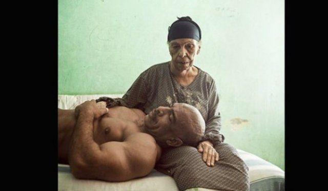 İşte dünyanın en iyi basın fotoğrafları KURGU PORTELER-HİKAYELER İKİNCİLİK ÖDÜLÜ Denis Dailleux, Fransa, Vu Ajansı 10 Haziran 2013, Kahire, Mısır Aid ve annesi... Anneleriyle poz veren Mısırlı vücut geliştiriciler serisinden.
