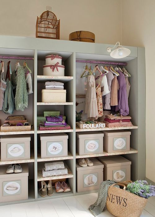 Beautiful dressing room in teen's bedroom | Precioso vestiro en habitación de adolescente · www.chic-deco.com