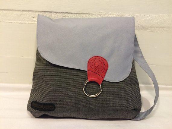 Ce sac rayé à rabat gris, au style simple mais original peut se porter à l'épaule, en bandoulière ou encore en sac à dos, le rendant ainsi très polyvalent. Il est fabriqué d'une toile de polyester robuste et hydrofuge et il est entièrement doublé de coton. Grace à ses nombreuses poches (6), vous aurez un sac bien organisé. Il est assez grand pour recevoir une bouteille d'eau. Un grand soin est porté à sa confection ainsi qu'au choix des matériaux afin de vous offrir un sac d'une grande…