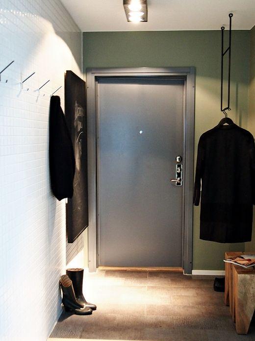 entrance clothes rack  Méchant Design: white tiles and wood