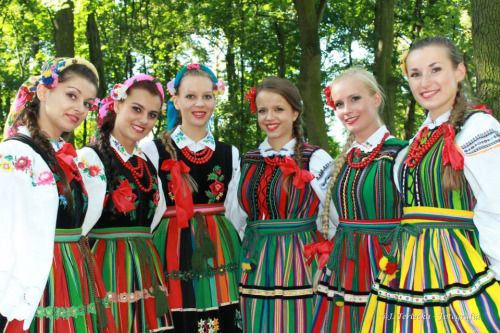 Regional clothing from the neighbouring areas of Łowicz [left] and Opoczno [right], central Poland [source].