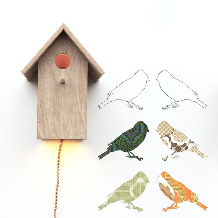 Articolo: 8718692840645Le storie della buonanotte diventano tutta un'altra cosa se raccontate alla luce della lampada da parete Birdhouse! Questo pezzo dalla forte personalità è realizzato a mano in Olanda a partire da legno di rovere francese a basso impatto ambientale. L'essenzialità del colore rende elegante questo prodotto conferendogli comunque un ruolo da protagonista. Con la forma decorativa di casetta degli uccellini, Inke ha voluto creare un prodotto divertente ed ecologico, ideale…