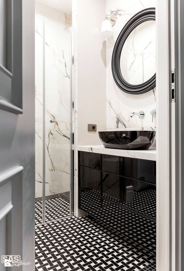 Мраморная плитка в сочетании с черным цветом в дизайне ванной комнаты