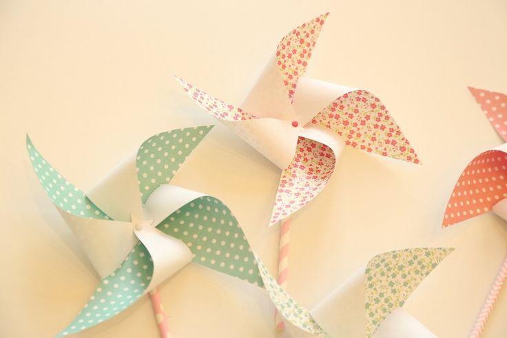 Au vue des températures de l'été, nous avons décidé de vous apprendre à faire des moulins à vent en papier. Très simples à réaliser...