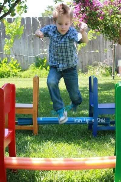 Boia espaguete também pode ser usada para fazer uma corrida de obstáculos no quintal. | 33 atividades baratas que manterão seus filhos ocupados por muito tempo
