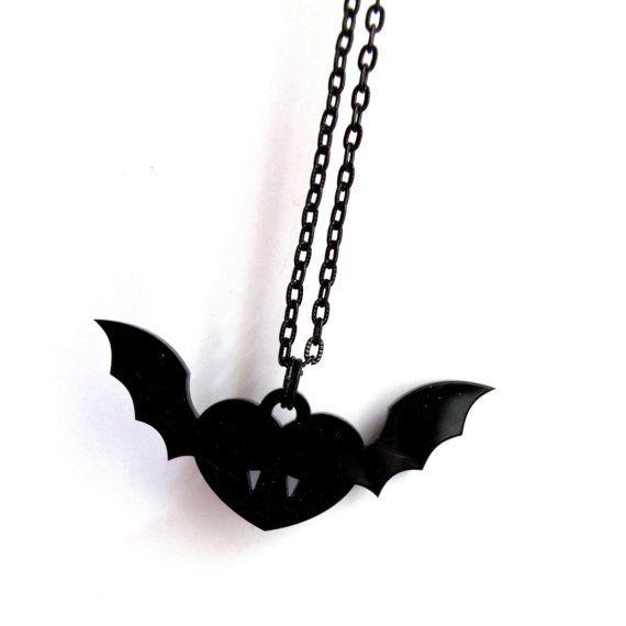 Collana cuore vampiro nero ali di pipistrello di DARQCREATIONS