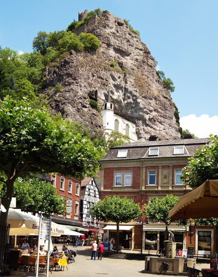Ein Blick in die schöne Innenstadt von Idar-Oberstein direkt unterhalb der bekannten Felsenkirche. Die Stadt ist aber nicht nur durch die Kirche, sondern auch durch ihre edlen Schmuckstücke bekannt. Auf unserer Seite www.jewels24.de erhalten sie Informationen über schöne Edelsteine und weiteren Schmuck. #idaroberstein #edelsteine #felsenkirche