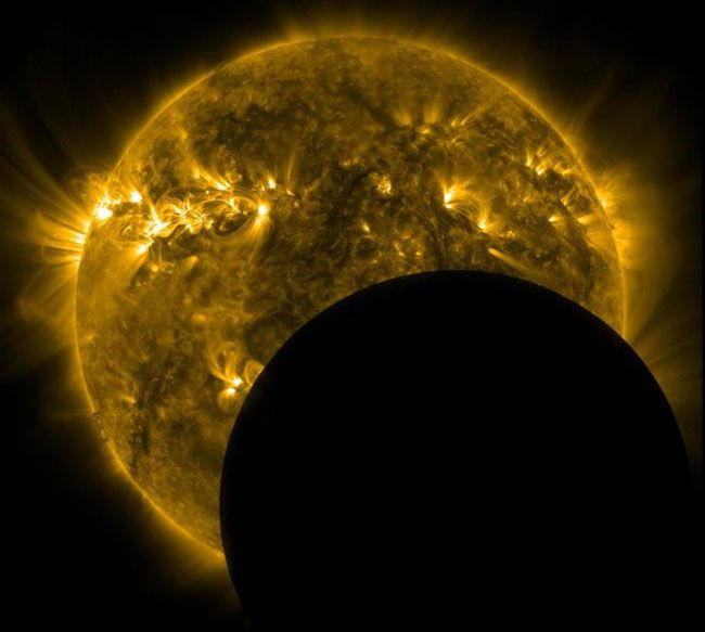 The moon passing directly in front of the sunSolar Dynamic, Amazing Science, Eclipes Sun, Solar Eclipse, Solar Eclipes, Dynamic Observatory, The Moon, Amazing Earth, Outer Spaces