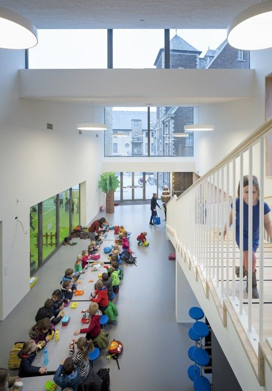 © Thijs Wolzak, elementary school, lunch in the hallway, sawtooth skylights