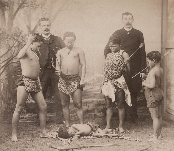 Ce tirage de 1886 montre, au premier plan, « Les Boschiman », spectacle de Pygmées qui était donné aux Folies Bergère, à Paris. ©R. PRINCE BONAPARTE/MUSEE DU QUAI BRANLY