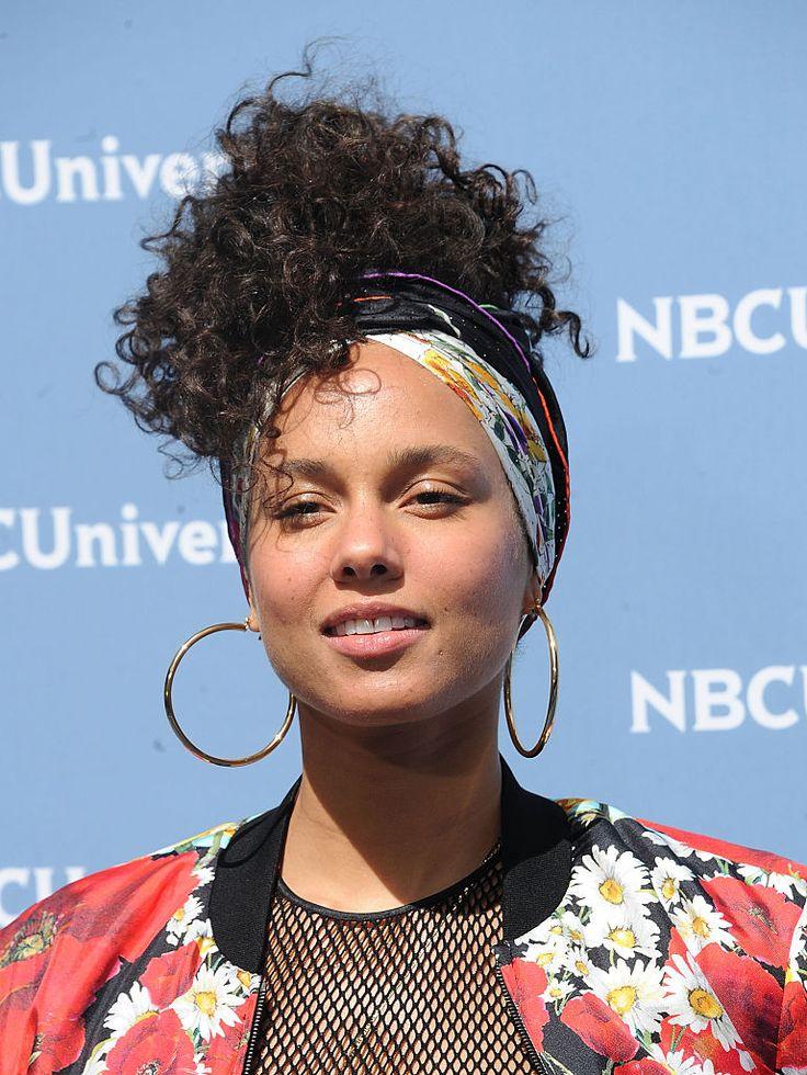 Alicia Keys aparece sem maquiagem em tapete vermelho