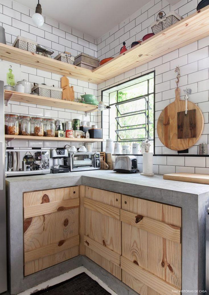 No apartamento de Rodrigo Reis e Guilherme Avila as velhas regrinhas de decoração saem de cena para dar vez a composições criativas e muito pessoais.