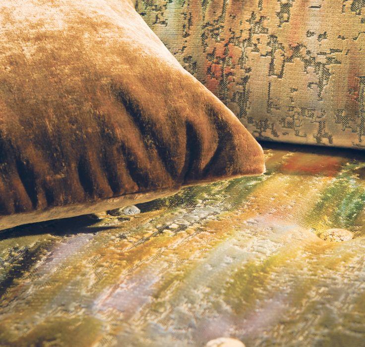 Armchair: LA CLOSERIE DES LILAS, M119001, Textured velvet // Cushion: AU MONT DES MUSES, M104007, Iridescent plain velvet