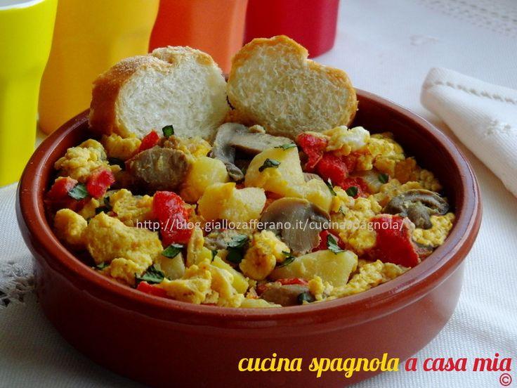 UOVA STRAPAZZATE CON FUNGHI, PATATE E PEPERONI   Ricetta salvacena: http://blog.giallozafferano.it/cucinaspagnola/uova-strapazzate-con-funghi/