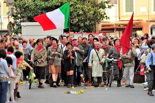 Sfilata di veicoli storici cerimonie commemorative eventi culturali e mostre per celebrare il 72 anniversario della Liberazione