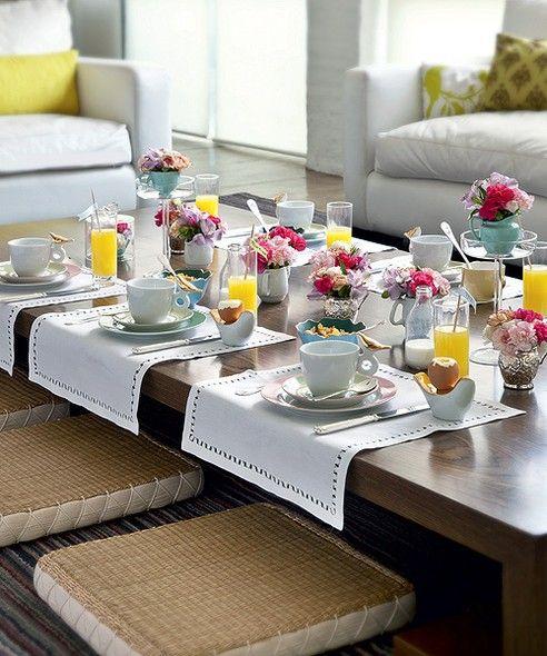 Não quer servir a refeição na mesa tradicional? Vá para a mesa de centro. Com uma mistura harmônica de louças de diferentes tipos e cores, ela ganhou personalidade