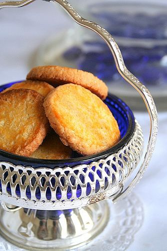 Depuis toujours, je rêve d'une grande cuisine gustavienne  baignée de lumière naturelle, chaude et accueillante, au bahut garni de bonbonni...