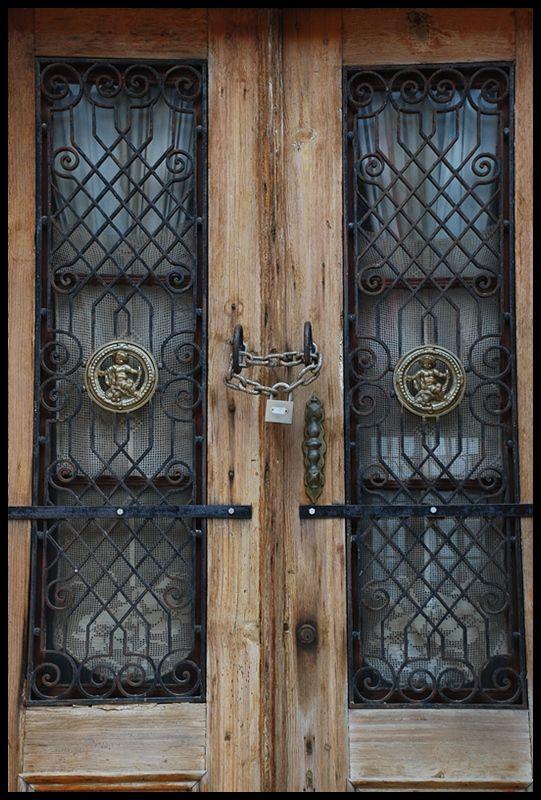 Bir köy evinin sokak kapısı - Ayvalık, Balıkesir
