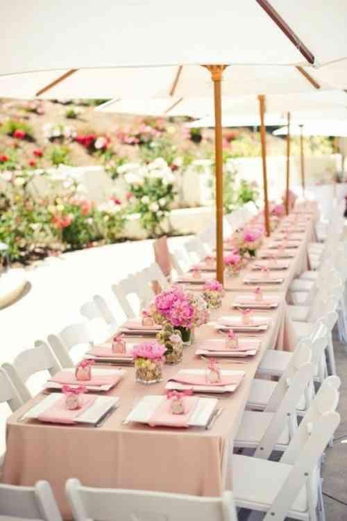 table de mariage parée de nuances rose pastel