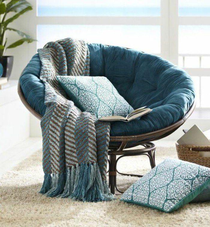 style cocooning, fauteuil chaise bleu, coussins en blanc et bleu, tapis blanc, cozy deco