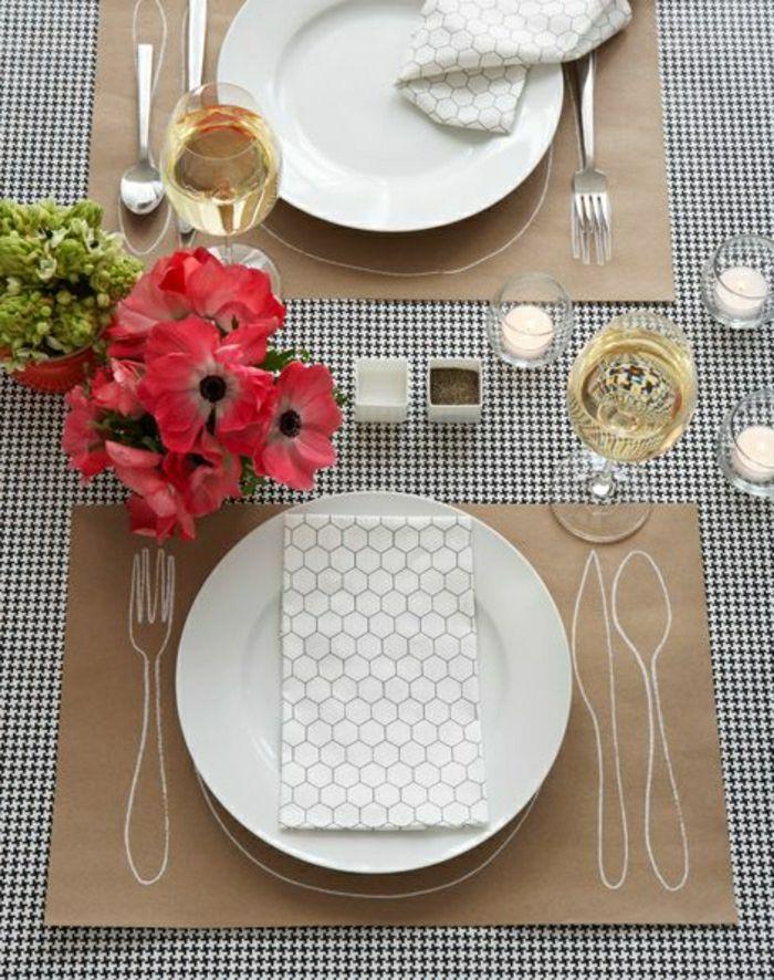 set de table en papier, jetable, fleurs sur la table avec set de table jetable