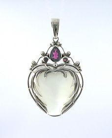 A photo of a heart pendant by shankari jewelry.