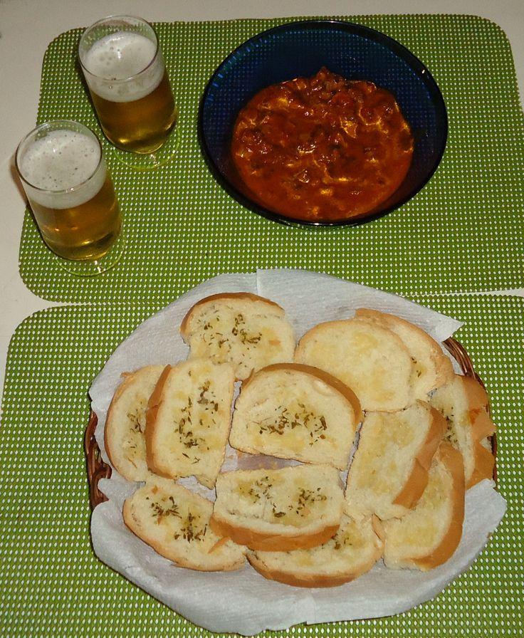 1 kg de moela de frango  - 6 pães (francês)  - 1 colher de chá de tempero completo  - 1 colher de chá de corante  - 1/2 colher de chá de pimenta do reino  - 2 colheres de sopa de extrato de tomate  - 1 cebola média  - 1 pimentão médio  - 1 tomate médio  - Um pouco de coentro  - Azeite de oliva  - 1 colher de sopa de margarina  -
