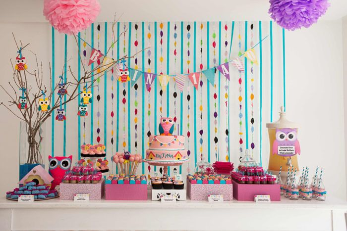 We love this Owl party that was styled by Julia from Festa com Gosto in Brazil for a birthday party. Felt and colorful ribbon and paper were main ingredients for the styling of the party. The birthday girl's mom loves bunting so Julia liberally placed bunting on the cake, backdrop, and signage. Sweet treats on …