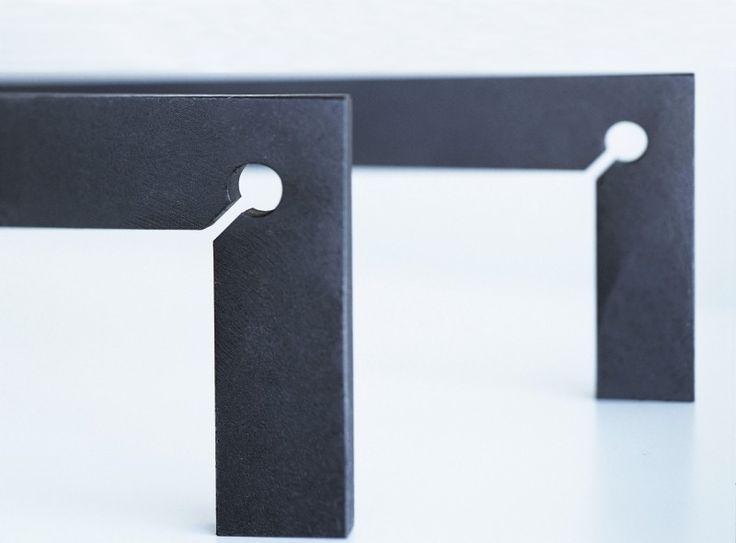 Nowoczesne akcesoria kominkowe z kolekcji Scarpa wykonano z dbałością o każdy szczegół.