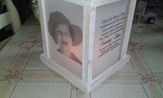 een windlicht van de Action foto en tekst op perkamentpapier (Action) geprint  dat achter het glas gedaan aan de buitenkant dat is alles