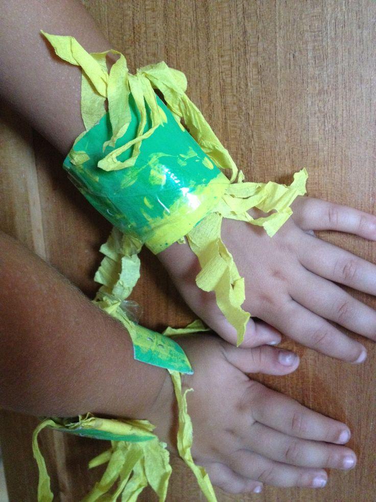 """-TOILET PAPER BRACELETS (BRAZIL THEME) MADE BY MIRIAM M. NEGRIN AND HER TODLERS FOR THE MUSIC FROM THE WORLD END OF THE SCHOOL YEAR FESTIVAL. -Bracelets fait avec papier toilet  et papier crépon. (Théme Le Bresil) Fait pour le Festival fin d'anée """"Musiques Du Mode"""". Par Miriam M. Negrín et ses petits. -BRAZALETE CON TUBOS DE PAPEL HIGIÉNICO Y PAPEL PINOCHO (TEMA BRASIL). HECHO POR MIRIAM M. NEGRÍN Y SUS PEQUES PARA EL FESTIVAL DE FIN DE CURSO """"MÚSICAS DEL MUNDO""""."""
