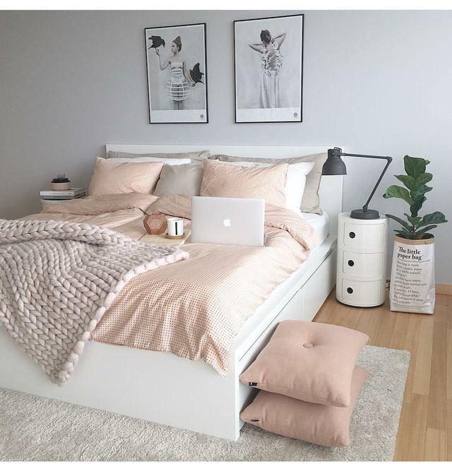 حبيت في هالصورة شكل السرير و الطاوله و اللوحات