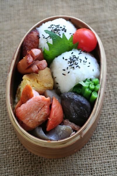 Japanese #Bento Lunch made by Tomoko Niwa http://pinterest.com/tomokoniwa/lunch-diary/ |2012.10.08 おむすび弁当