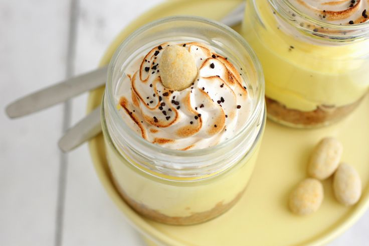 Citron, lakrids og Summerbird Lemon mandler i en dessert kan kun blive godt - især når de munder ud i en no-bake citroncheesecake med lakridsmarengs.