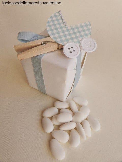 Care creative oggi voglio mostrarvi come si possono realizzare delle bomboniere per battesimo con pochissima spesa.  Molletta, cartoncin...