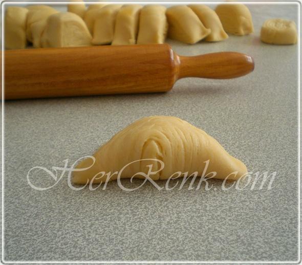 Son yılların en beğenilen ve meşhur hamur işlerinden biri midye börek. Diğer adıyla midye poğaça. Mayalı bir hamur olmasına rağmen, kat kat oluşan yufkalar sayesinde katmanlı bir börek/poğaça oluyor.