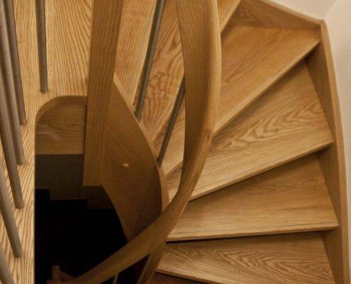 Halbgewendelte Massivholztreppe Esche, ohne Setzstufen, Lichtwange und Handlauf mit Krümmling, Geländerstäbe Edelstahl, Geländersäulen Holz-Edelstahl-Kombination, runder Wandhandlauf, Edelstahlleiste in Stufen eingelassen, Projekt: Seiffen / Erzg.