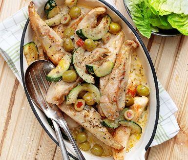 En gräddig kycklinggryta smaksatt med oliver och zucchini. Kycklingfiléer skärs i bitar som fräses tillsammans med zucchini där vitlök pressas i för en fin smak. Vitt vin, grädde, rosmarin och oliver blandas ned och en ljuvlig doft sprids i köket. Servera grytan med nykokt ris och sallad.