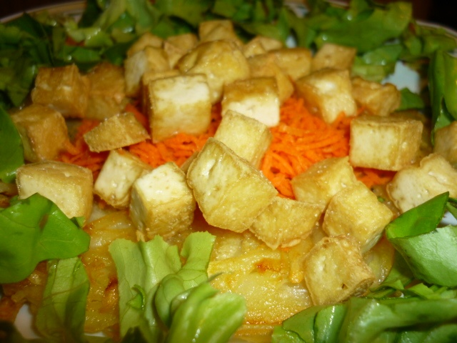 Potato rosti with fried tofu, green salad and carrot julienne/Rosti di patate con tofu fritto, insalata verde e carote a julienne