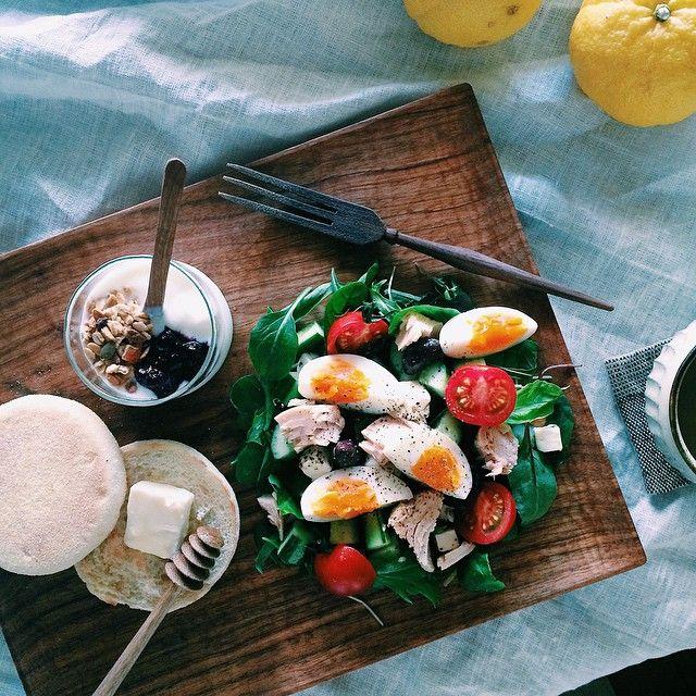 breakfast  salade nicoise and english muffin  で朝ごはん〜♩ * * *  昨晩は近所の同僚宅で 日本酒をたくさん頂いたので 今朝もサラダ。  ただいま絶賛オセロハマり中の ムスメもたくさん対局?してもらって 楽しいこどもの日になったはず。 ↑ハハの言い訳  手加減なしで相手してくれた 同僚たちに感謝(笑)