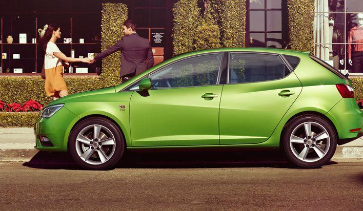 Disponible dans une nouvelle gamme de teintes vibrantes et de garnissages élégants, la nouvelle SEAT Ibiza est un écrin pensé pour faire éclater au grand jour votre personnalité