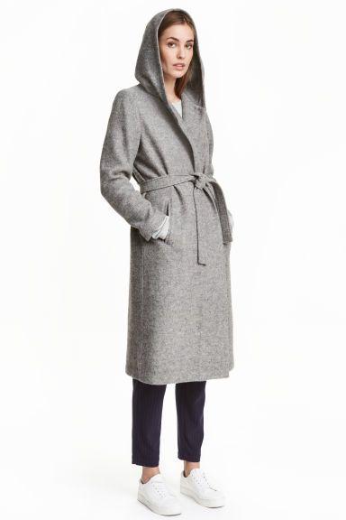 Abrigo en mezcla de lana: Abrigo largo en tejido bouclé de mezcla de lana. Capucha forrada, bolsillos al bies y tira de tar en la cintura. Forrado.