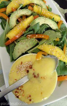 Ensalada de arúgula con mango aderezo de mango picoso   http://www.pizcadesabor.com/2013/07/15/ensalada-de-arugula-con-mango-aderezo-de-mango-picoso/