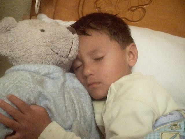 Los peques de 4 a 6 años presentan en algún momento esta parasomnia o desorden del sueño. Por lo general los episodios ocurren de forma aislada pero en algunas ocasiones suceden varias veces a la semana se asocia a causas genéticas, fatiga, estrés, nerviosismo o fiebre. Con los años, este trastorno casi siempre desaparece por completo. Los episodios de sonambulismo suelen ocurrir a las tres o cuatro horas de que el niño se haya dormido, cuando ha entrado en una fase de sueño profundo.